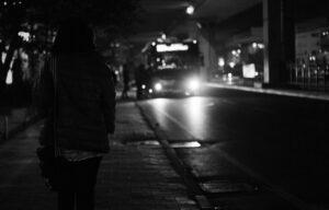 Sospesa/attesa alla fermata dell'autobus. Parole senza censura di Gessica O.